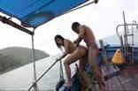 Comendo brasileira no barco.
